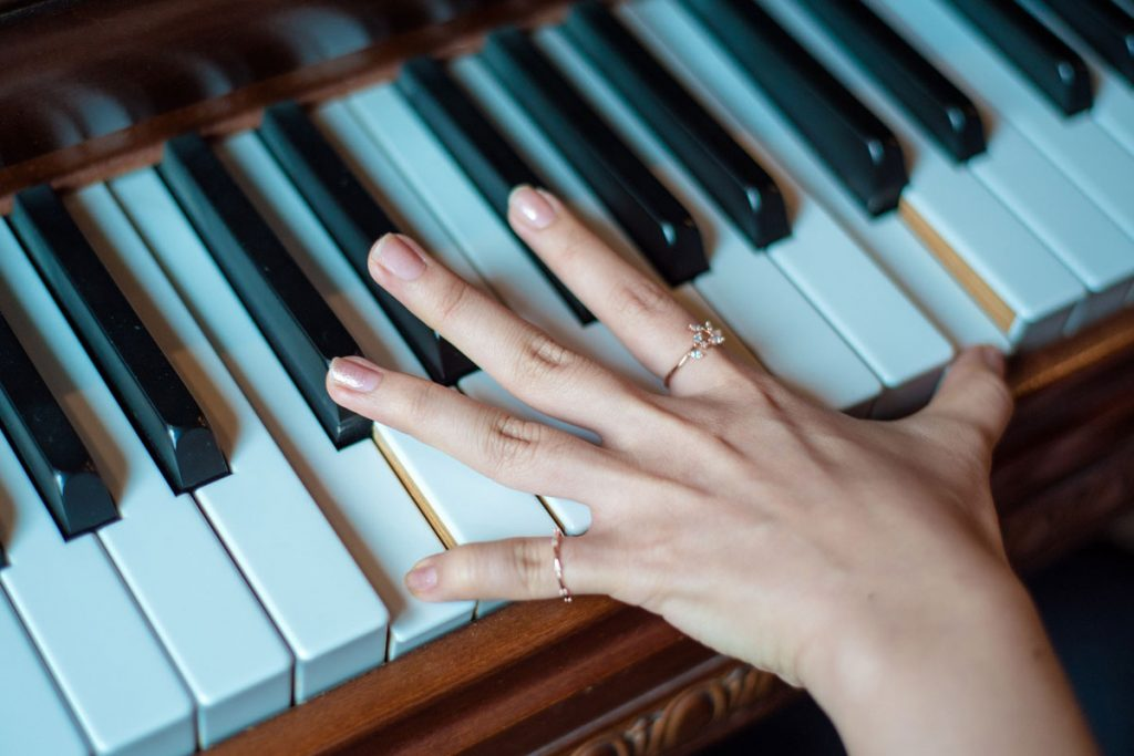 piano-ology-how-to-study-practice-hands-separate-featured-image-by-qiipqiipfly-from-pixabay